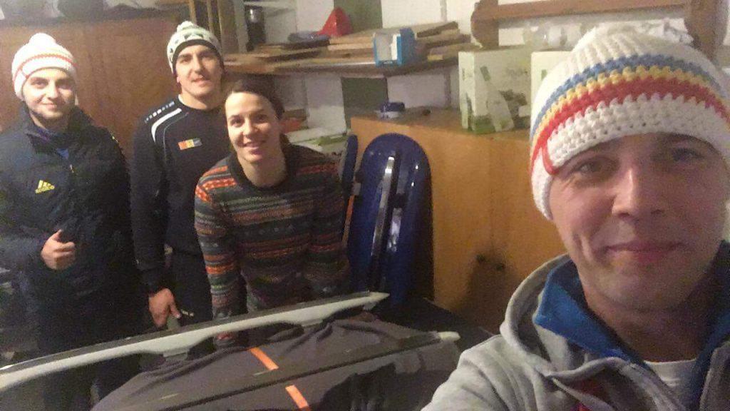 3 din cei 5 sportivi ai lotului de sanie pentru Jocurile Olimpice alaturi de antrenorul Radu Theodor
