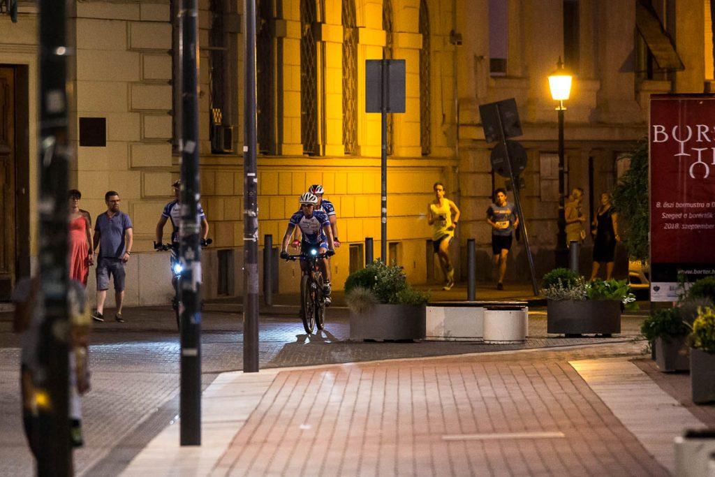 Turiști, printre alergători