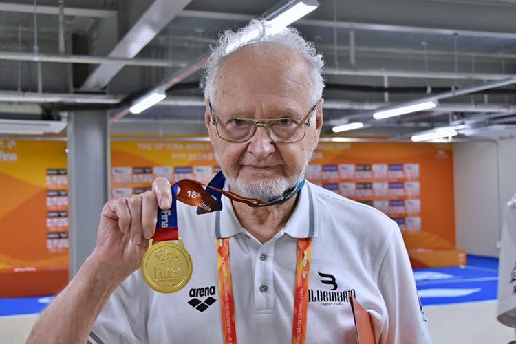 Dan Emil Stoenescu devine campion mondial la 200 metri spate. Este nascut si crescut in Bucuresti si s-a apucat serios de inot in urma cu 3 ani si jumatate.