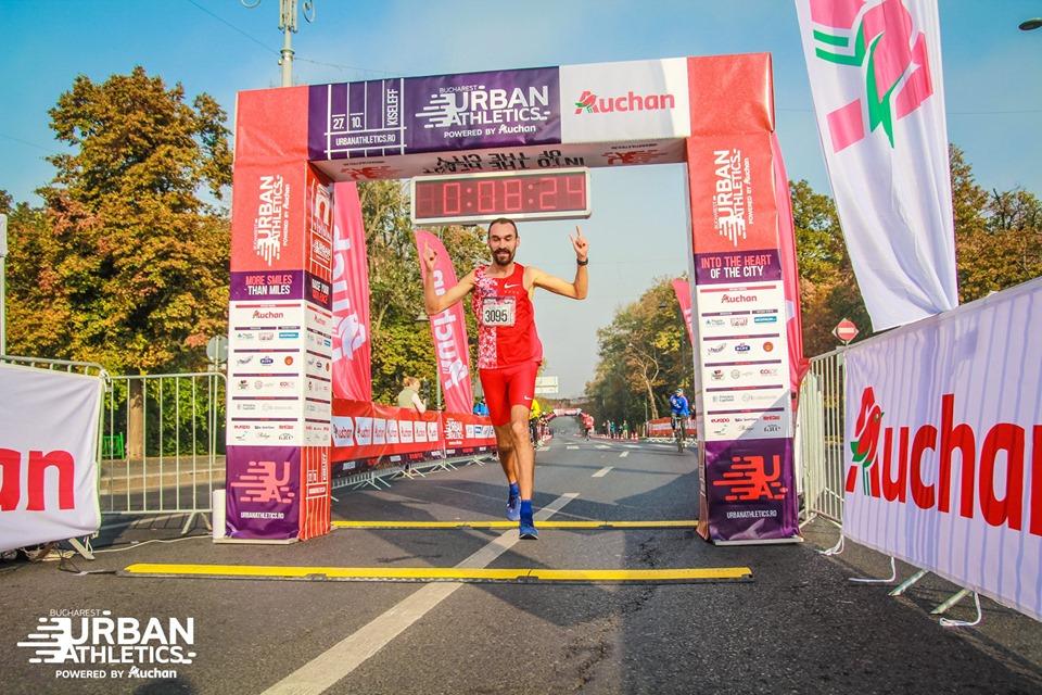 Stefan Gavril analizeaza ritmul de cursa. A castigat in Bucuresti Urban Athletics