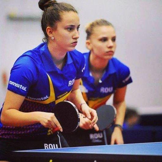 Andreea Dragoman se antreneaza acasa cu fratele ei la tenis de masa